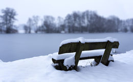 Banco en la nieve Imagenes de archivo