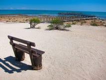 Banco en la playa imágenes de archivo libres de regalías