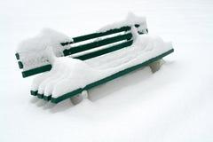 Banco en nieve Fotos de archivo