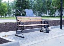 Banco en parque de la ciudad Imagen de archivo libre de regalías