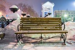 Banco en parque de la ciudad del invierno Fotografía de archivo