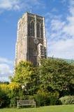 Banco en torre del parque y de iglesia Foto de archivo