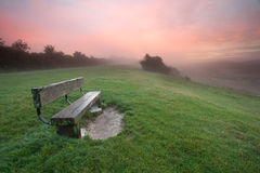 Banco en un amanecer brumoso Imagenes de archivo