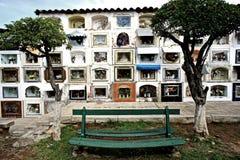 Banco en un cementerio en Sucre Imagen de archivo libre de regalías