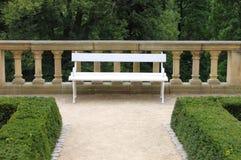 Banco en un jardín del parque Imagen de archivo libre de regalías