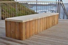 Banco a estrenar de alta calidad hecho de tableros de madera como símbolo de sentarse y de la relajación Fotografía de archivo