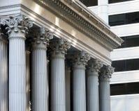 Banco exterior con las columnas Fotos de archivo
