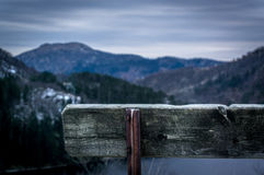 Banco fra le montagne fotografia stock