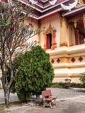Banco fuera de Wat Thatluang Neua, Vientián Imágenes de archivo libres de regalías
