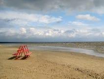 Banco gemellato di rosso su una spiaggia vuota Fotografia Stock Libera da Diritti