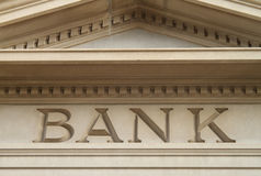 Banco grabado en vieja arquitectura del edificio Imagenes de archivo