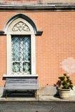 Banco gris concreto de las persianas de Venegono Varese Italia Foto de archivo
