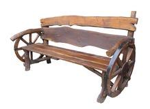 Banco hecho a mano de madera del jardín con la decoración de la rueda del carro aislada Imagen de archivo libre de regalías
