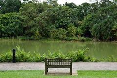 Banco a lo largo del lago Imagen de archivo libre de regalías
