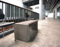 Banco moderno en un centro comercial, hormigón de madera imagenes de archivo