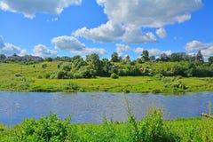 Banco montanhoso do rio de Tvertza na cidade de Torzhok foto de stock