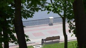 Banco na margem da cidade Gomel, Bielorr?ssia video estoque