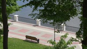 Banco na margem da cidade Gomel, Bielorr?ssia filme