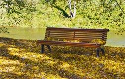 Banco nel parco di autunno Fotografie Stock Libere da Diritti