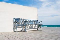 Banco no assoalho de madeira na praia. imagens de stock royalty free
