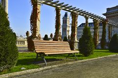 Banco no parque da cidade fotografia de stock royalty free
