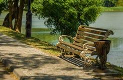 Banco no parque pelo lago fotografia de stock royalty free