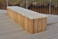 Banco nuovissimo di alta qualità fatto dei bordi di legno come simbolo di seduta e di rilassamento Fotografia Stock Libera da Diritti