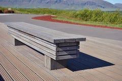 Banco nuovissimo lussuoso di alta qualità fatto dei bordi di legno nel bello ambiente naturale Fotografia Stock
