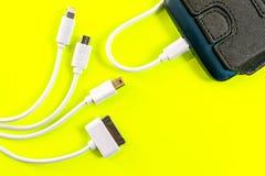 Banco ou bateria do poder conectado pelo fio ao smartphone fotografia de stock