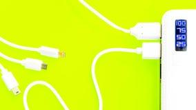 Banco ou bateria do poder conectado pelo fio ao smartphone imagem de stock royalty free