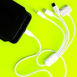 Banco ou bateria do poder conectado pelo fio ao smartphone foto de stock royalty free