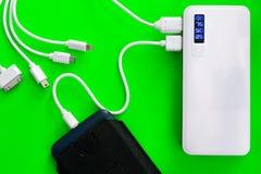 Banco ou bateria do poder conectado pelo fio ao smartphone fotos de stock royalty free