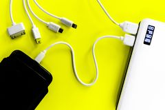 Banco ou bateria do poder conectado pelo fio ao smartphone foto de stock