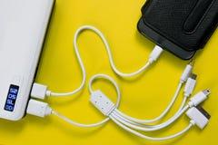 Banco ou bateria do poder conectado pelo fio ao smartphone fotografia de stock royalty free