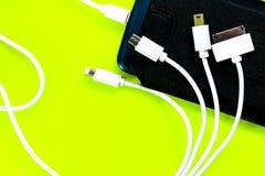 Banco ou bateria do poder conectado pelo fio ao smartphone imagens de stock