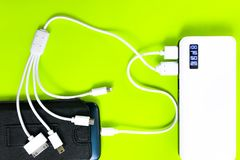 Banco ou bateria do poder conectado pelo fio ao smartphone imagem de stock
