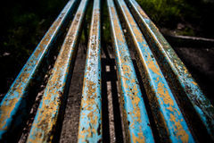 Banco oxidado del hierro viejo en el parque Imagenes de archivo