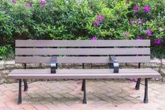 Banco in parco con il fiore Fotografia Stock Libera da Diritti
