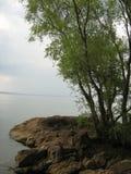 Banco pedregoso del río de Dnieper en un día de verano sin viento imagen de archivo