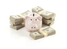 Banco Piggy cor-de-rosa com as pilhas de dinheiro Imagem de Stock