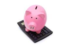 Banco Piggy cor-de-rosa na calculadora Fotos de Stock