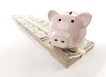 Banco Piggy cor-de-rosa na fileira do dinheiro Imagens de Stock Royalty Free