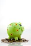 Banco piggy de sorriso verde Imagens de Stock Royalty Free