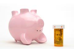Banco Piggy e frasco do comprimido isolado no branco Fotos de Stock Royalty Free