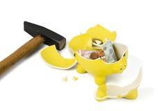 Banco piggy e martelo quebrados Fotografia de Stock Royalty Free