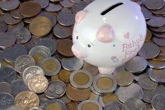 Banco Piggy e moeda Imagens de Stock