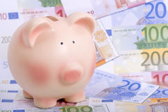 Banco Piggy em euro- notas de banco Imagem de Stock