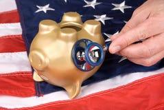 Banco piggy inoperante em épocas econômicas resistentes imagens de stock royalty free
