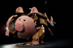 Banco piggy quebrado com moedas fotografia de stock royalty free