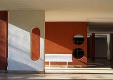 Banco plástico na entrada de uma construção moderna Imagens de Stock